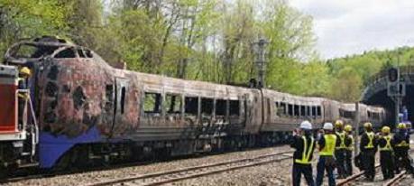 炎上し、トンネルから牽引された列車