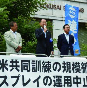 オスプレイに抗議して街頭宣伝する出村会長(中央)