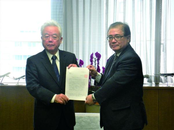 富川副知事に申し入れる東盛会長(右)